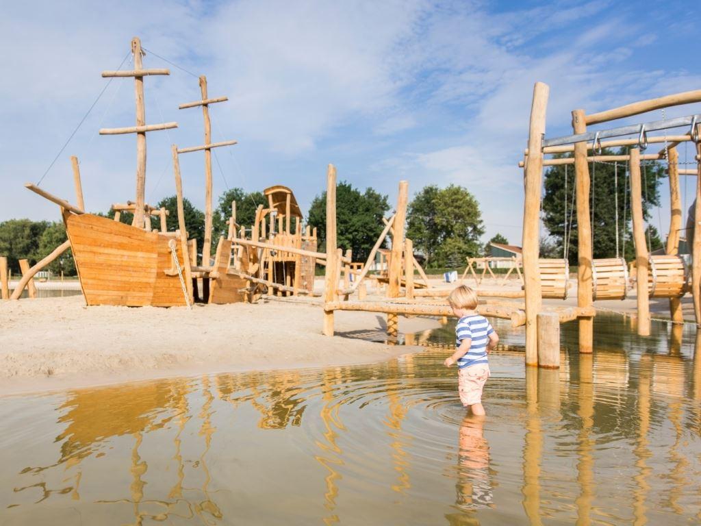 Hof van saksen design zwembad met wedstrijdbad peuterbad whirlpools en 107 meter lange - Ontwikkeling rond het zwembad ...